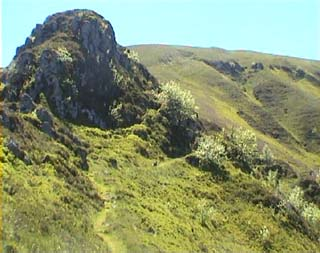 quelques blocs dominent le sentier